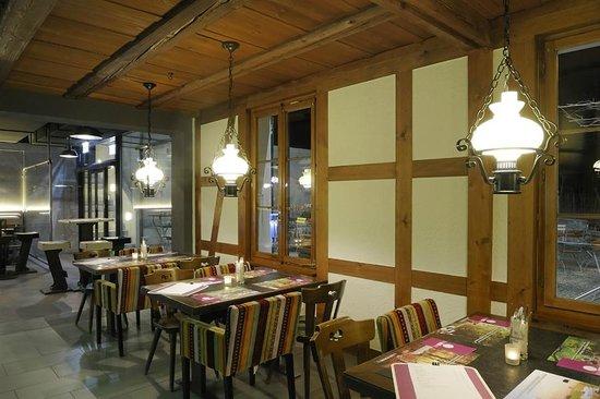 Hotel Bad Kyburg: Restaurant Bad Kyburg mit Blick in die offene Brauerei Bar