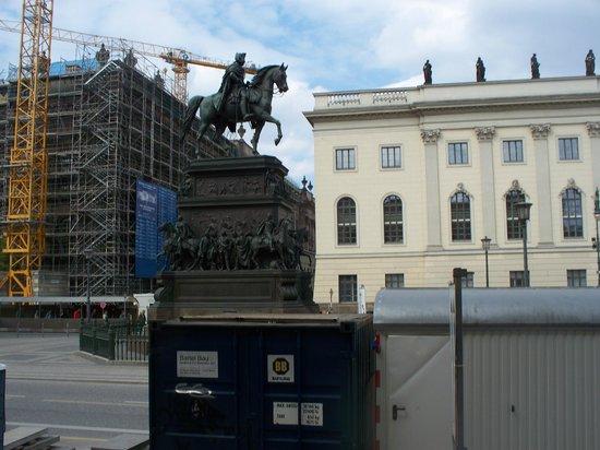 Humboldt University (Humboldt Universitat) : Università e monumento a Federico il Grande