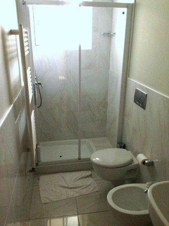 Hotel Gabbiano: Very clean bathroom