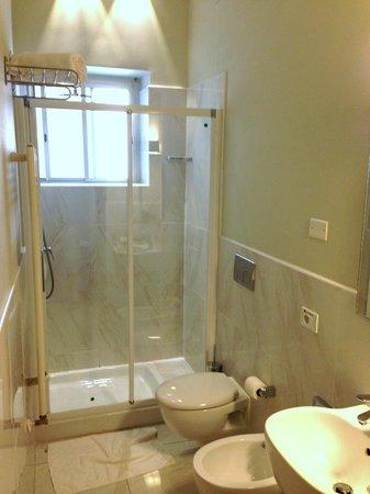 Hotel Gabbiano: Clean bathroom