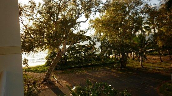 Villa Beach: Views of the beach through the trees