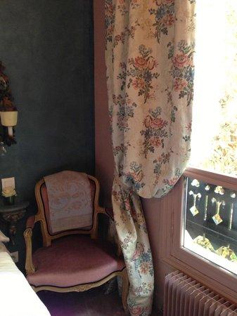 Un Ciel a Paris: 私が泊まった部屋。大きな窓。家具にはすべてセンスが光る。