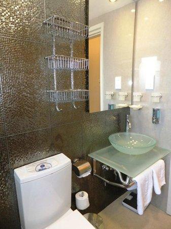 The King Jason Paphos: Bathroom (Room 86)
