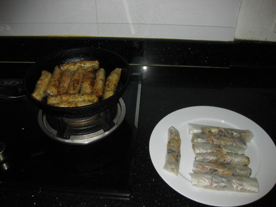 Hanoi Sans Souci IV Hotel: free cooking lesson, spring rolls making