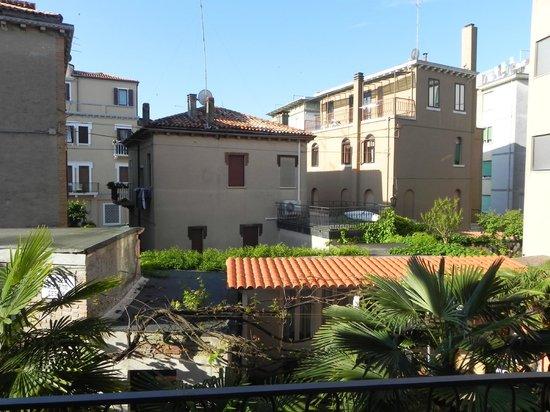 Hotel La Pergola di Venezia: Jardin et vue de la chambre