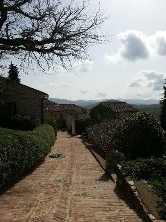 Il Borgo di Vescine - Relais del Chianti : parking and entrance to the ground