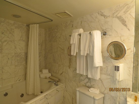 Lighthouse Club Hotel an Inn at Fager's Island: Marble bathroom