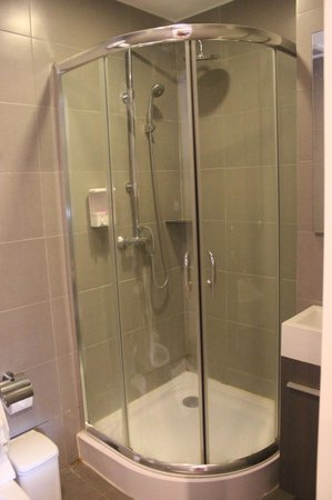 Check Inn Phromphong: Shower
