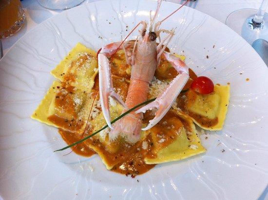 Le Clipper : La langoustine Préparée en ravioli, servie avec une réduction de bisque de homard à l'estragon