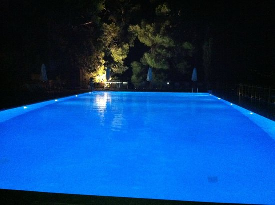 Kontokali Bay Resort and Spa: Main pool at night