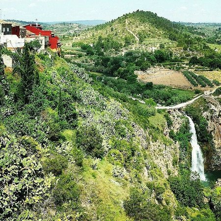 Chella, Spain: View of the house and the waterfall from down the road