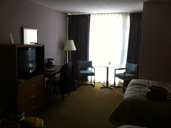 The Midtown Hotel: Big room, furniture a bit old and dusty