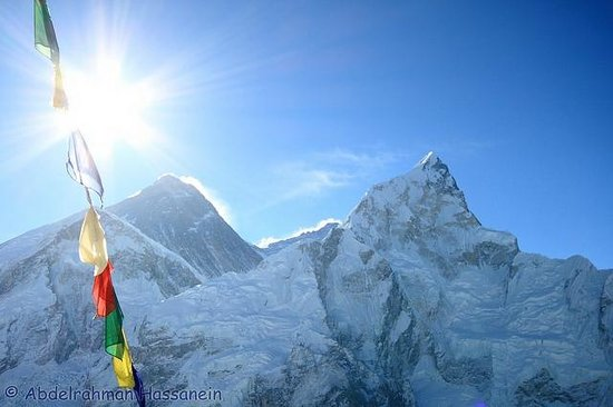 Kala Pattar: the Left peak is Everest ( top of the world ) with 29,035 ft ( 8,850 m ) .   view from kala patt