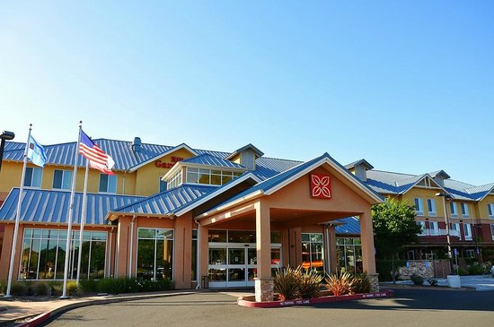 Hilton Garden Inn Sonoma County Airport: The outside of the hotel from the parking lot