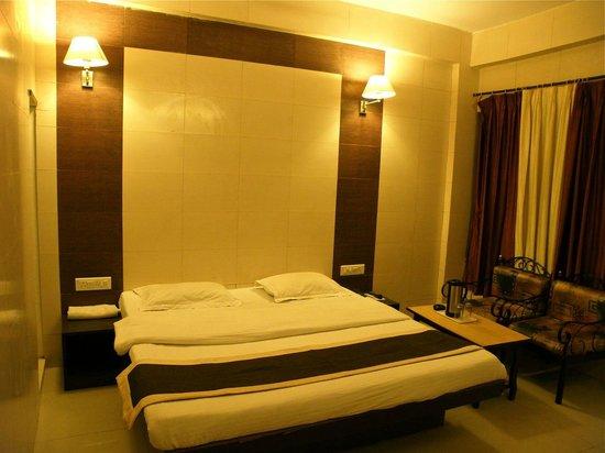 Golden Hotel: Room
