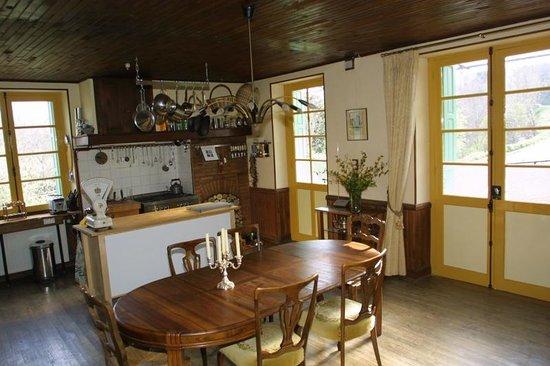 Serres-sur-Arget, Frankrike: Kitchen dining area
