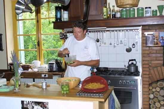 Serres-sur-Arget, Frankrike: Marcel at work preparing the evening meal