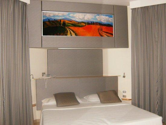 Hotel Bristol Buja: Particolare del letto: il quadro, retroilluminato, è un'ottima soluzione