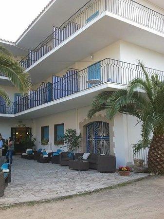 Hotel Bell Repos: l'hôte et l'entrée et son petit patio