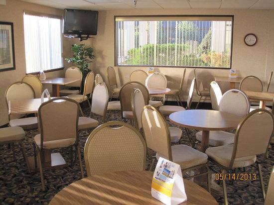 Quality Inn & Suites: Indoor breakfast area