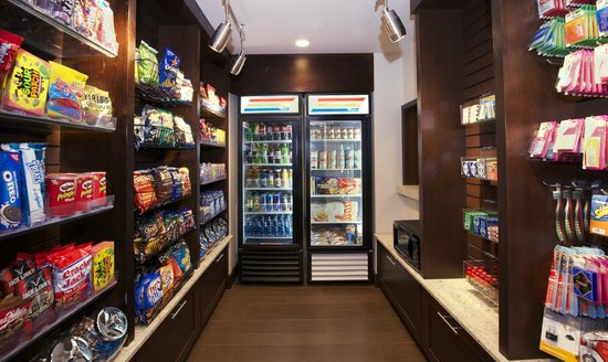 Hampton Inn Evansville: Need a snack or forget something?