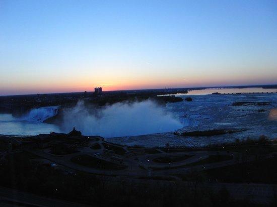 Niagara Falls Marriott on the Falls: Sunrise view from Mariott Gateway