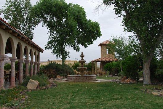 Lajitas Golf Resort: Hotel Courtyard