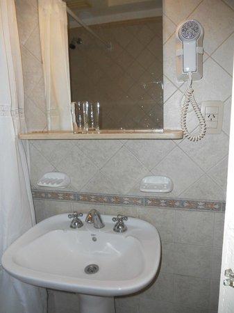 Gran Hotel Orly: baño con secador, jabon y shampoo