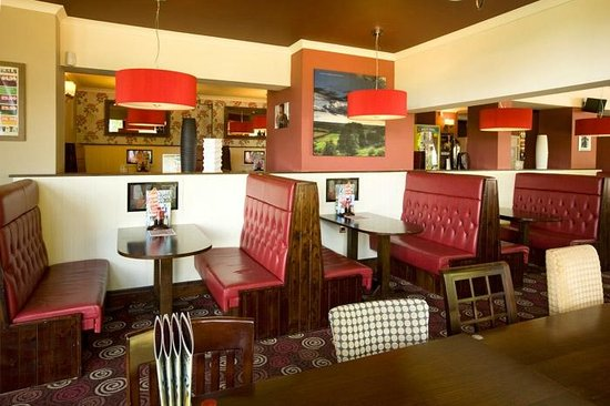 The Wolds, Hungry Horse: Booth seating in the dining area