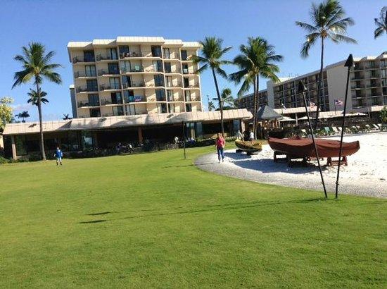 Courtyard King Kamehameha's Kona Beach Hotel: ビーチからの外観
