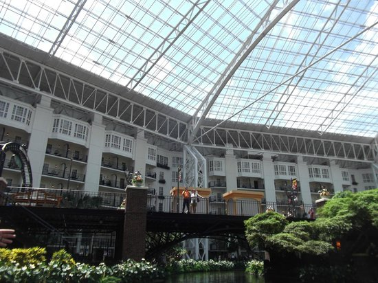 Gaylord Opryland Resort & Convention Center: Dining area looking upwards to the enclosed glass dome