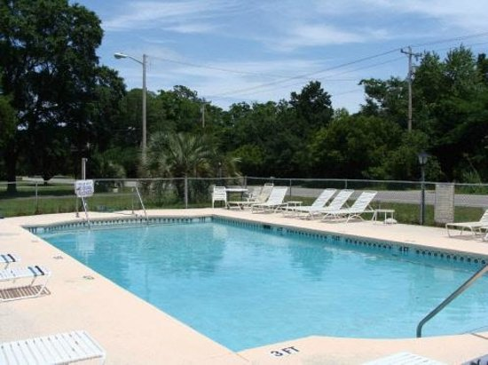 Brookwood Motel: The Pool Area