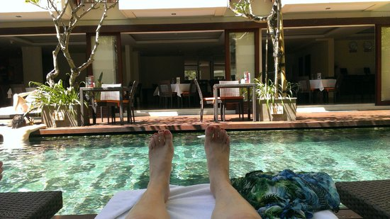 Sense Hotel Seminyak: Relaxing by the pool