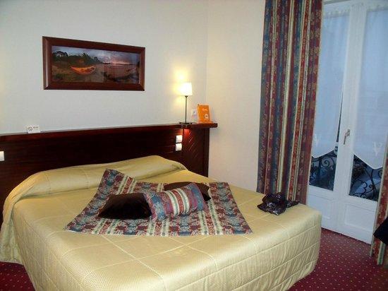 La Villefromoy : notre chambre très propre et confortable avec jolie salle de bains