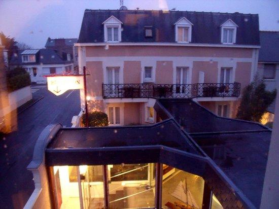 La Villefromoy : vue de notre chambre, au calme, sur l'autre partie de l'hôtel (avec la pluie qui tombait)
