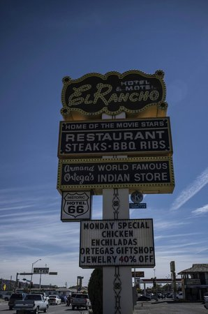 El Rancho Hotel & Motel: Great signage