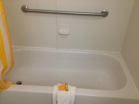 La Quinta Inn & Suites Greensboro: tub in king room.