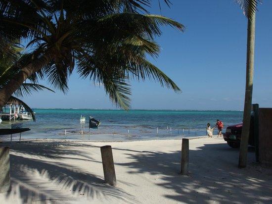 Ocean Tide Beach Resort: a mano izquierda la esta la entrada del hotel