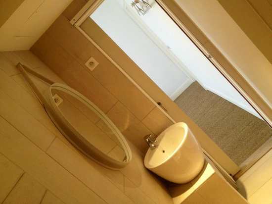 La Pinede Hotel : salle de bain de la chambre double