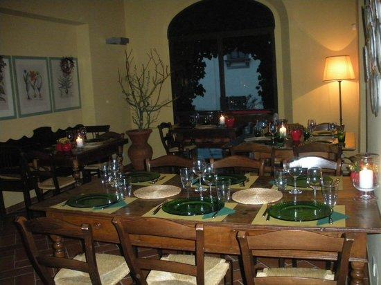 Agriturismo Podere Torricella - Fattoria il Turco: Il ristorante: qualche tavolo della sala