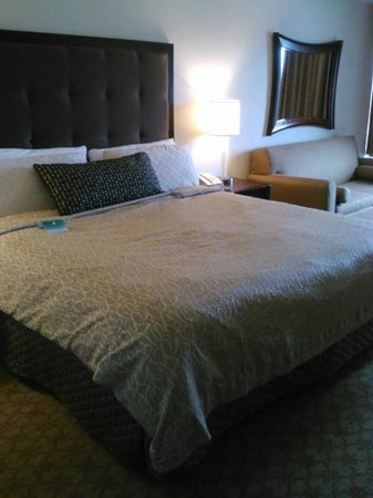 Inn at Saint Mary's Hotel & Suites: Bed and couch
