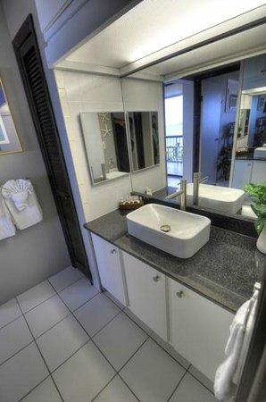 Sapphire Village Resort at Sapphire Beach: Granite vanity in Bathroom
