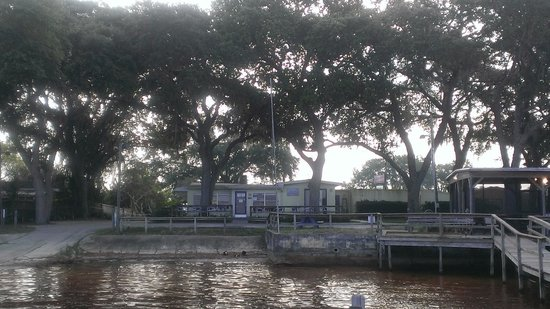 Lakeside Inn and Cafe : west view by the lake