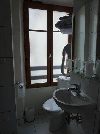 bagno con finestra su via tranquilla  picture of hotel de reims, Disegni interni