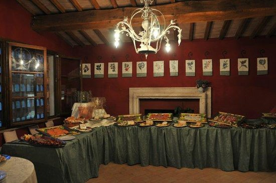 Agriturismo Il Corniolo: La grande sala con camino imbandita per una cerimonia