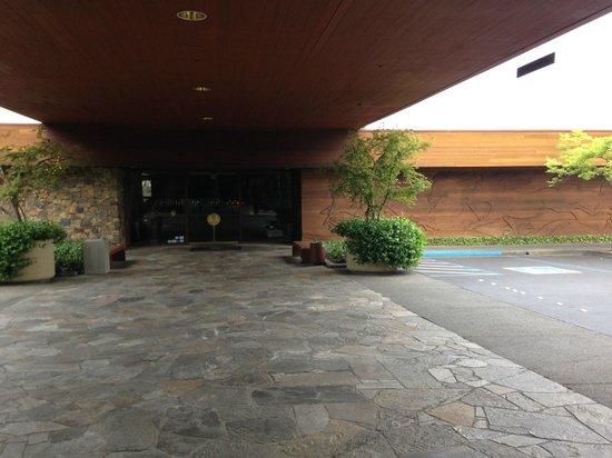 Fountaingrove Inn: Outside the lobby