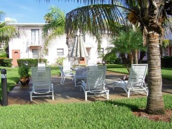 Gulf Winds Resort Condominium: Shaded courtyard