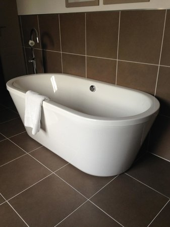 Loire Valley Retreat: Finally a bathtub and spacious bathroom!
