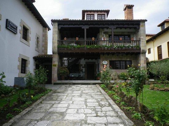 Entrada a la Posada Araceli, con un precioso jardín.
