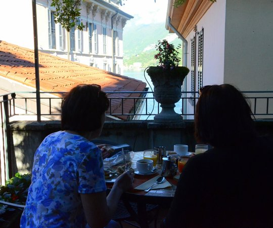 Hotel Bellagio: Having breakfast on the terrace with a view to the lake